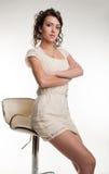 Porträt des attraktiven Brunettemädchens auf Sitz stockfoto