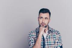 Porträt des attraktiven, durchdachten Mannes, der Arm auf Kinn, havi hält stockbilder