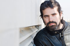 Porträt des attraktiven erwachsenen Mannes mit Bart lizenzfreie stockfotos