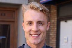 Porträt des attraktiven Geschäftsmannes auf städtischem Hintergrund/Nahaufnahme des jungen interessanten Geschäftsmannes Lizenzfreie Stockfotos