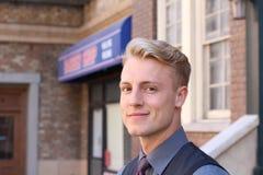 Porträt des attraktiven Geschäftsmannes auf städtischem Hintergrund/Nahaufnahme des jungen interessanten Geschäftsmannes Lizenzfreies Stockfoto