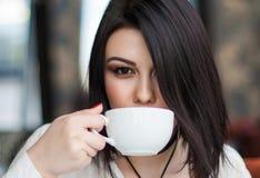Porträt des attraktiven jungen einzelnen Brunette weiblich, thoug habend lizenzfreie stockfotografie
