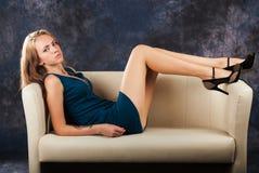 Porträt des attraktiven jungen Mädchens auf Sofa stockfoto