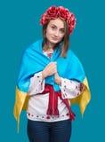 Porträt des attraktiven jungen Mädchens im Nationalkostüm mit Ukrai Stockfotos