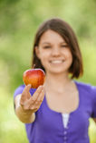 Porträt des attraktiven Mädchens Apfel essend Stockbild