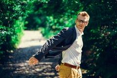 Porträt des attraktiven Mannes in der modischen Freizeitbekleidung und in den Gläsern Lizenzfreies Stockfoto