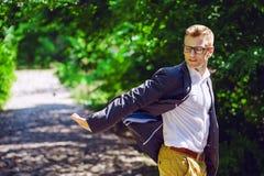 Porträt des attraktiven Mannes in der modischen Freizeitbekleidung und in den Gläsern Lizenzfreie Stockfotografie