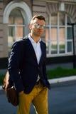 Porträt des attraktiven Mannes mit zufälliger Kleidung gehen in Europa Stockfotografie