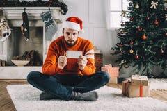 Porträt des attraktiven Mannes vor Weihnachten Lizenzfreie Stockbilder