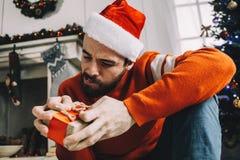 Porträt des attraktiven Mannes vor Weihnachten Lizenzfreies Stockfoto