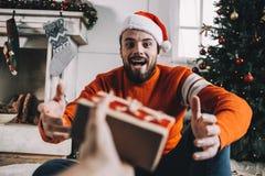 Porträt des attraktiven Mannes vor Weihnachten Lizenzfreie Stockfotos