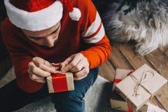 Porträt des attraktiven Mannes vor Weihnachten Stockfotos