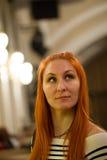 Porträt des attraktiven roten Haarmädchens im Theater, vertikal Lizenzfreie Stockbilder