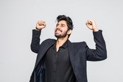 Porträt des aufgeregten asiatischen indischen Geschäftsmannes, der Erfolg über weißem Hintergrund feiert stockbild