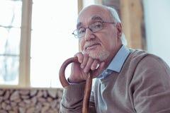 Porträt des aufmerksamen bärtigen Pensionärs, dass, Kamera betrachtend stockbilder