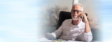 Porträt des bärtigen älteren Geschäftsmannes, der am Handy spricht lizenzfreies stockbild