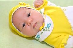 Porträt des Babys in einer gelben Kappe Lizenzfreies Stockfoto