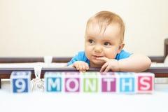 Porträt des Babys im Bett. Alterskonzept. lizenzfreies stockbild