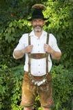 Porträt des bayerischen Mannes in den Lederhosen Lizenzfreies Stockfoto