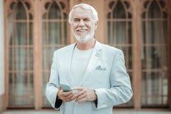 Porträt des begeisterten Mannes diese Aufstellung auf Kamera lizenzfreies stockfoto