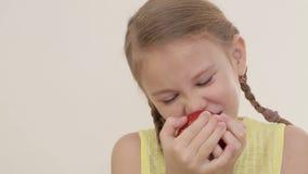 Porträt des beißenden Apfels des kleinen Mädchens stock footage