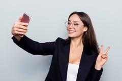 Porträt des Berufs-, erfolgreichen, überzeugten, hübschen Blogger Stockfotografie