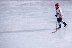 Porträt des BerufsHockeyspielers Lokalisiert auf weiß- Russland Berezniki am 13. März 2018 stockfoto