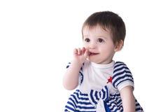 Porträt des bezaubernden Babys mit dem Finger im Mund lizenzfreie stockfotos