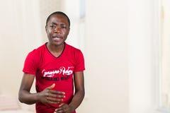 Porträt des Bittens des jungen Mannes, was das Problem ist Lizenzfreie Stockfotos
