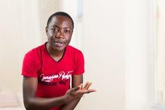 Porträt des Bittens des jungen Mannes, was das Problem ist Stockbilder