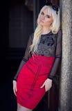 Porträt des blonden jungen Modells draußen Stockfoto