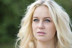 Porträt des blonden Mädchens im Freien Stockbild