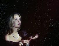 Porträt des blonden Mädchens mit fallendem Schnee ein Stockfoto
