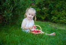 Porträt des blonden Mädchens mit roten Äpfeln Lizenzfreie Stockfotos