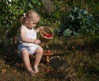 Porträt des blonden Mädchens mit roten Äpfeln Stockbild