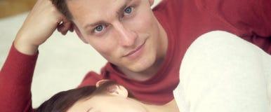 Porträt des blonden Mannes liegend nahe bei Frau Stockfotografie