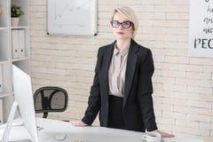 Porträt des blonden weiblichen führenden Vertreters der Wirtschaft lizenzfreie stockfotos