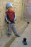 Porträt des bolivianischen Jungen mit seinem Spielzeugauto Lizenzfreie Stockbilder