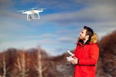 Porträt des Brummenbetreibers uav-Flugzeuge, quadcopter fliegend Technologiedetails mit Brummen und Fernbedienung lizenzfreies stockfoto