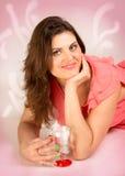 Porträt des Brunette mit einem Glas Lizenzfreies Stockfoto