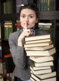 Porträt des Buches der jungen Frau der Schönheit Lesein der Bibliothek Lizenzfreies Stockfoto