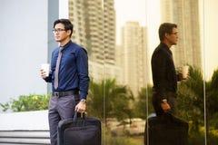 Porträt des chinesischen Büroangestellten mit Kaffeetasse Stockbilder