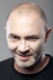 Porträt des düsteren Mannes lokalisiert auf Grau Lizenzfreies Stockbild