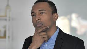 Porträt des Denkens des zufälligen afroen-amerikanisch Geschäftsmannes, neuer Plan stock footage