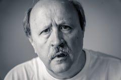 Porträt des desorientierten und verwirrten alten Mannes, der unter Alzheimer leidet lizenzfreie stockbilder