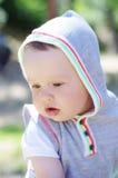 Porträt des durchdachten Babys draußen Stockfoto