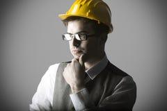 Porträt des durchdachten intelligenten jungen Ingenieurs Stockbild