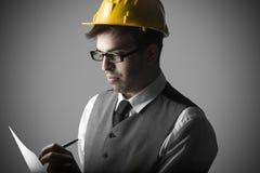 Porträt des durchdachten intelligenten jungen Ingenieurs lizenzfreies stockbild