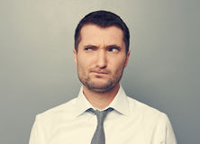 Porträt des durchdachten Mannes Stockfotografie