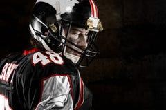 Porträt des durchdachten Spielers des amerikanischen Fußballs Stockbilder